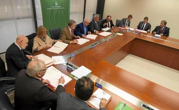 El consejero de Economía, José Sánchez Maldonado, presidió ayer la firma del protocolo de financiación de emprendedores con los rectores de las universidades. / J. M. PAISANO
