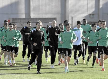 La plantilla del Betis tiene hoy cita con Europa para escapar de la frustración en la Liga / Julio Muñoz (EFE)