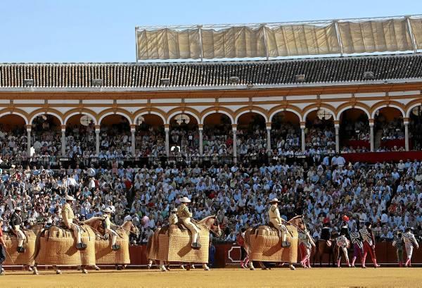 La plaza de la Real Maestranza volverá a abrir sus puertas el próximo 20 de abril para inaugurar una campaña marcada por las ausencias. / Javier Díaz