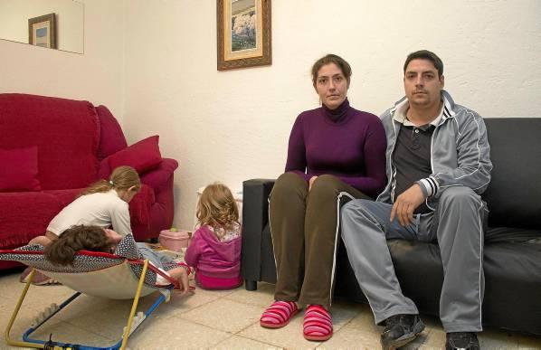 Eva Luna y Francisco Javier Gabella, junto a sus tres hijas de 11, 8 y 3 años de edad. / Manuel R.R.