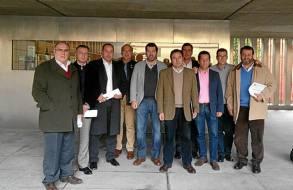 Los alcaldes del PP tras la reunión sobre el superávit en la Diputación. / El Correo