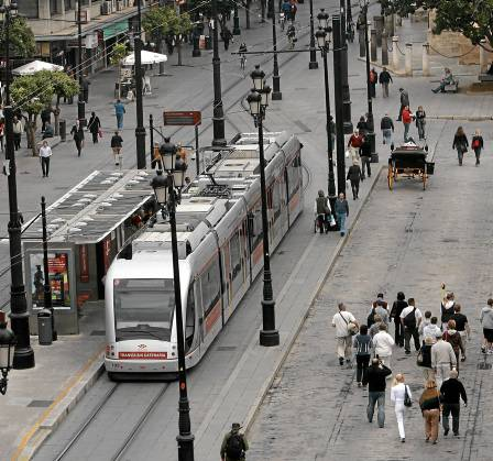 El Metrocentro, sin catenarias en el tramo de la Catedral, es la segunda línea de Tussam con más viajeros. Foto: Javier Díaz.