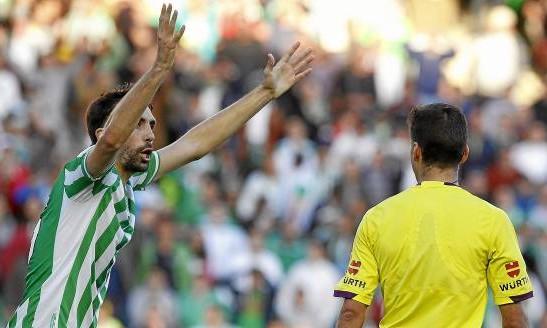Jordi protesta a Gil Manzano en el Betis-Athletic / José M. Vidal (EFE)