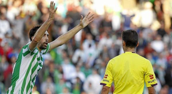 Jordi Figueras protesta el segundo penalti de Balenziaga a Gil Manzano / José M. Vidal (EFE)