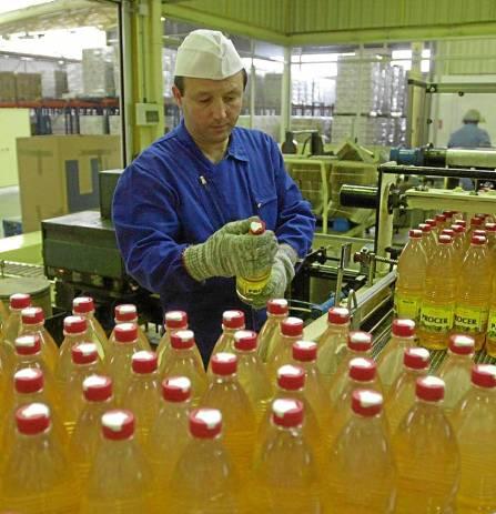 Un trabajador de la compañía aceitera Deoleo en la fábrica cordobesa de Alcolea. / EL CORREO