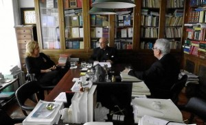 Clavero Arévalo y Rafael Escuredo, en una charla organizada por la Fundación Alfonso Perales.