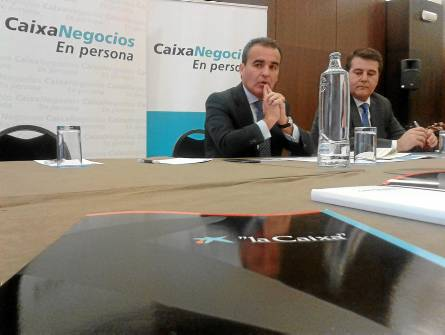 Rafael Herrador, director territorial de Caixabank en Andalucía Occiental, ayer en rueda de prensa en Sevilla. / EL CORREO