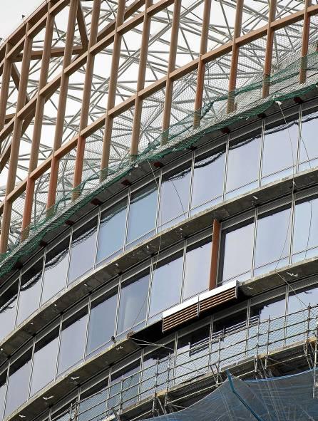 Fachada de la torre Pelli en la que ya se están instalando los parasoles de aluminio color terracota. / Pepo Herrera