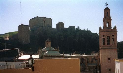 El castillo de Morón, al fondo de la imagen.
