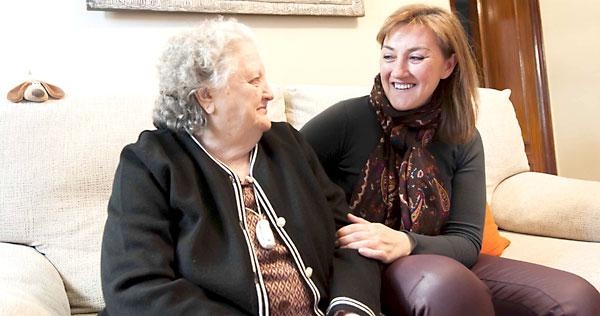 Maria Dolores (dcha.), mujer que tuvo que dejar de trabajar para cuidar a su madre (dcha.). Reportaje que mostramos en la edición en papel. / J.M.Paisano