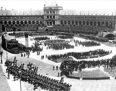 Imagen de la Plaza de España, en la cabecera delParque de María Luisa, durante la inauguración de la muestra.