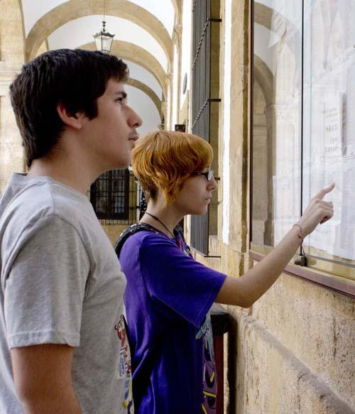 Sevilla Estudiantes buscando su nombre en los tablones de admision de