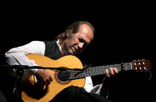 Algeciras (Cádiz) 09/09/2006.- El guitarrista Paco de Lucía , durante el concierto que ha ofrecido en su ciudad natal, Algeciras (Cádiz), con motivo del Centenario de la Conferencia Internacional de 1906. EFE