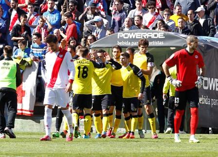 Los jugadores del Sevilla se abrazan al final del partido. /RAFA Casal