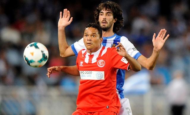 Carlos Bacca intenta controlar un balón ante Martínez en el partido de ida jugado ante la Real Sociedad. (Josune Mtez de Albéniz).