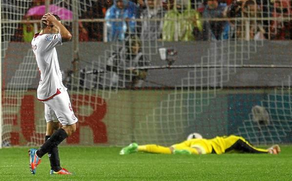 Los jugadores, abatidos tras un gol. (JM Vidal / Efe)