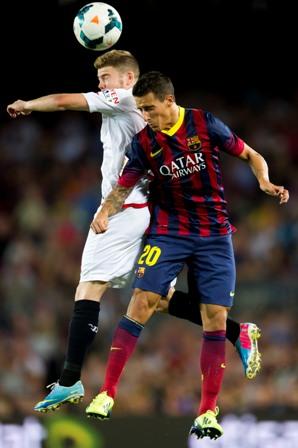 Alberto Moreno y Tello saltan por un balón aéreo durante el partido de ida de esta temporada. / Alex Caparrós