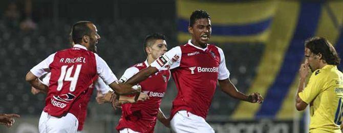 Aderlan Santos celebra un gol.