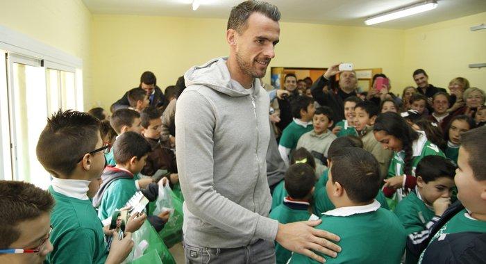 Antonio Amaya, rodeado de niños hoy en el colegio Corpus Christi / Real Betis