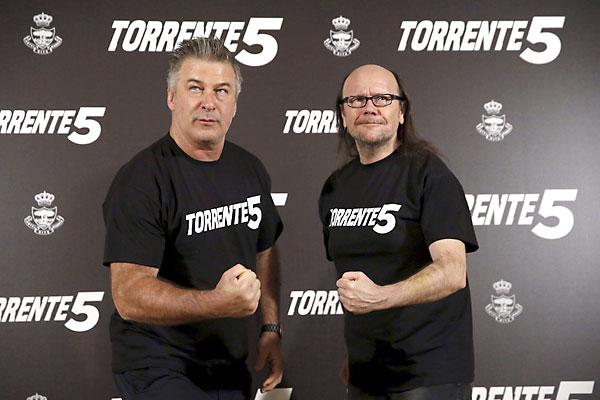 El actor estadounidense Alec Baldwin y el director Santiago Segura, durante la presentación en Madrid de la incorporación del célebre actor al rodaje de Torrente 5. / EFE