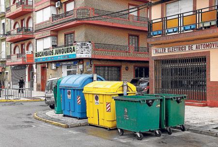 Contendores de basura ubicados en una calle del municipio de Los Palacios y Villafranca.