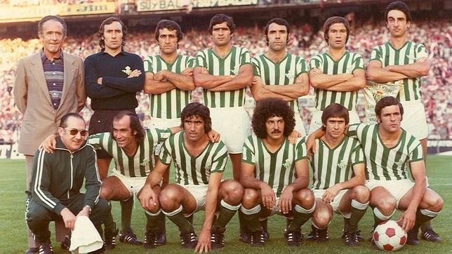 Benítez, el último agachado a la derecha, ha estado rodeado de casi todos los que salen en esta foto de la final del 77.