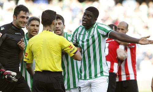 Los jugadores del Betis rodean a Gil Manzano tras el penalti del 0-1.