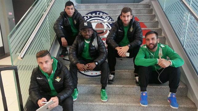 Los jugadores, esperando (Foto: Real Betis)