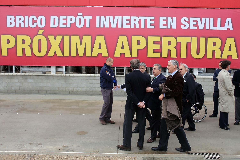 El alcalde y el delegado de Urbanismo, Maximiliano Vílchez, realizaron ayer una visita a la tienda de Brico Dêpot acompañados por directivos de la cadena y de Bogaris. / EL CORREO