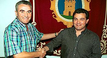 José Antonio Nuñez (dcha.) y Diego Cañamero (antecesor de éste en la alcaldía) en una foto de archivo. / Javier Díaz