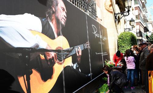 Cientos de personas rinden homenaje a Paco de Lucía en su ciudad natal
