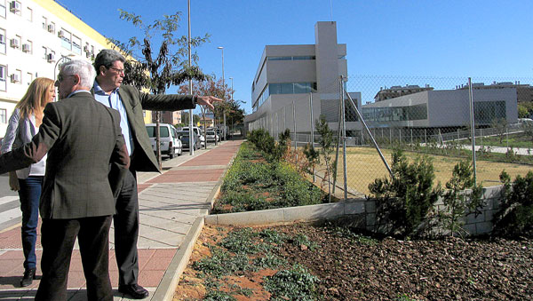 El alcalde de Mairena del Aljarafe, Ricardo Tarno (dcha.) y el Centro de Salud al fondo.