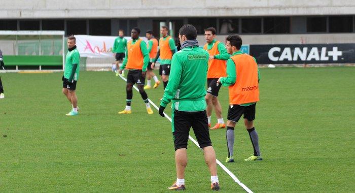 Aquí se ve la defensa de cinco en la sesión de este martes: Juan Carlos, Jordi, N'Diaye, Amaya y Juanfran / Real Betis