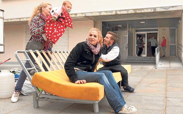 La ocupación ilegal de viviendas se ha convertido en los últimos meses en el único recurso para muchas familias. En la imagen, los vecinos que ocuparon los pisos de VPO en Nuevo-Amate en Sevilla. / J.M. Paisano