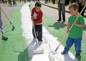 Unos niños pintan la bandera andaluza en el parque del Alamillo, por el 28-F, en una imagen de archivo. / Foto: Efe
