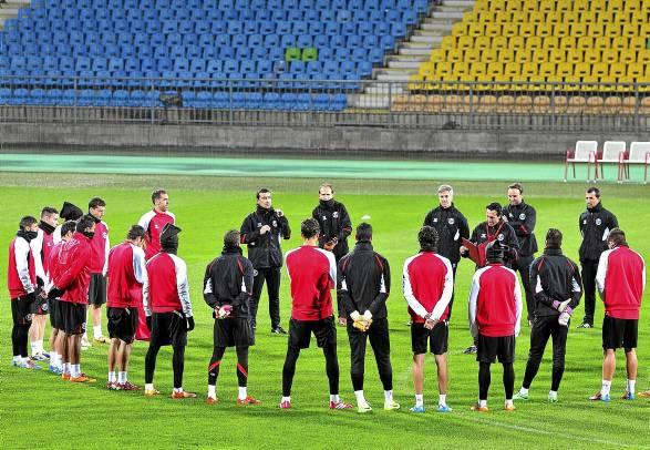 Emery da instrucciones al plantel en Maribor (Efe).