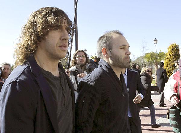 Los jugadores del F.C. Barcelona Carles Puyol y Andrés Iniesta. Funeral de Luis Aragonés. / EFE