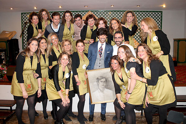 Los miembros de La Parrala y el pintor Chema Rodríguez –autor del retrato– junto al artista de Dos Hermanas Manuel Lombo. / Mario Daza