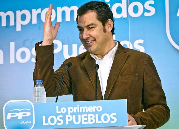 El candidato del PP-A a la Presidencia de la Junta de Andalucía, Juan Manuel Moreno, durante su intervención en el acto de clausura de la reunión Intermunicipal del PP en Huelva celebrada hoy en la localidad de Cortegana. / EFE