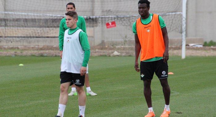 Juanma y Nosa, entrenándose. (Foto: Real Betis)