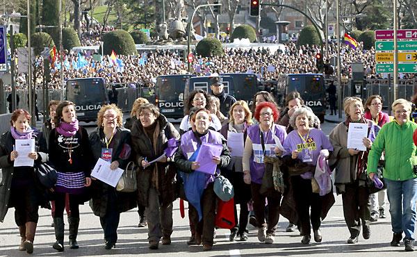 Representantes de diferentes asociaciones se dirigen al Congreso de los Diputados al finalizar la manifestación en Madrid contra la reforma del aborto planeada por el PP. / EFE