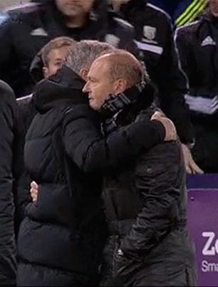 Mourinho y Mel se abrazan tras el encuentro / Canal Plus