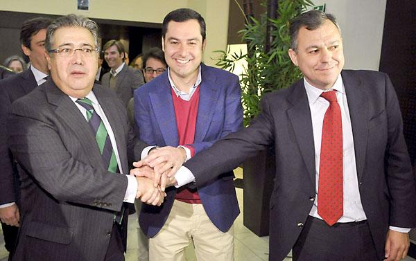 El candidato a la Presidencia del PP andaluz, Juan Manuel Moreno (c), el secretario general del partido en Andalucía, José Luis Sanz (d), y su actual presidente, Juan Ignacio Zoido (i), se estrechan las manos como motivo de su participación en la Junta Directiva Provincial del PP, hoy en Sevilla. EFE/Raúl Caro