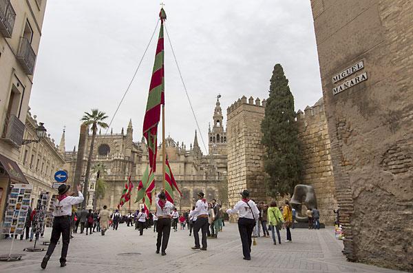 Los integrantes del desfile de pendones leoneses pasan ante los Reales Alcázares y la Giralda de Sevilla dentro de los actos de celebración organizados por la Casa de León en la capital andaluza. / EFE