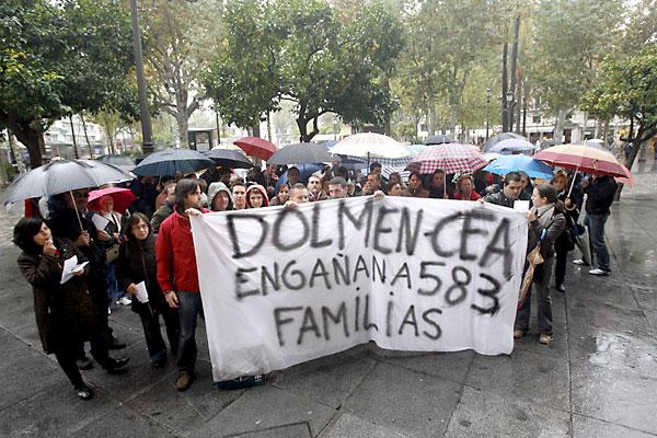 Una de las múltiples protestas de los vecinos adjudicatarios de las viviendas de la CEA. / Javier Cuesta