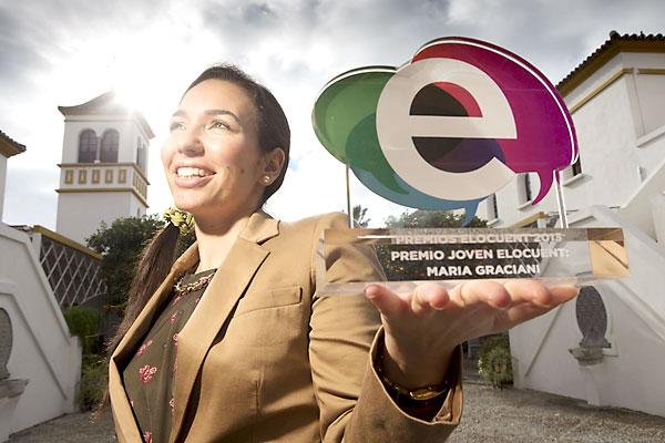 La periodista María Graciani posa con el Premio Joven Elocuente a la mejor joven comunicadora. / Pepo Herrera