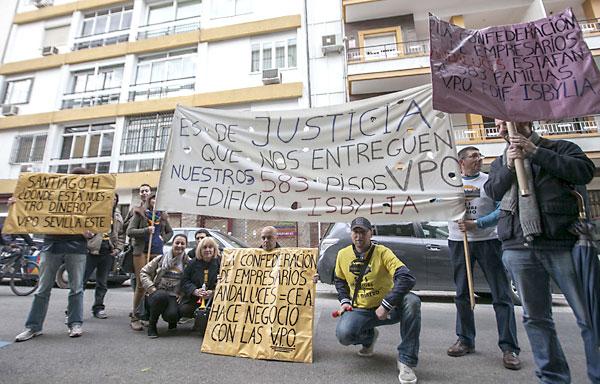 Vecinos de la promoción Isbylia de Sevilla Este en una de sus numerosas protestas.