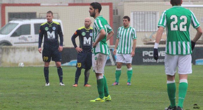 Carlos García, con dos jugadores del Puskas Akademia al fondo / Real Betis