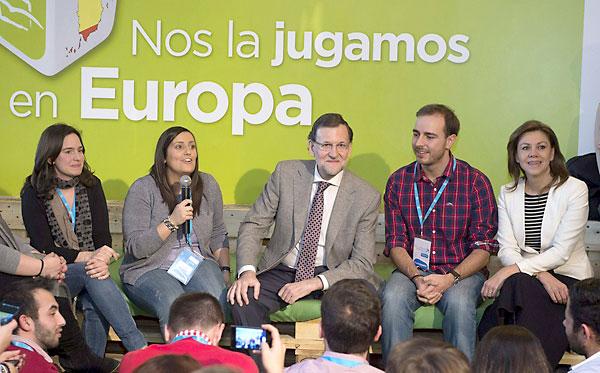 El presidente del Gobierno, Mariano Rajoy (c) y la secretaria general de la formación, Maria Dolores de Cospedal (d), entre otros asistentes, durante la convención del PP en Valladolid. / EFE