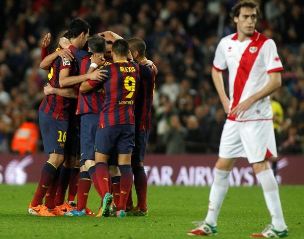 Los jugadores del Barça celebran uno de sus seis goles al Rayo / Francesc Adelantado (EFE)